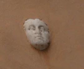 La testa nel muro e l'oste chiacchierone